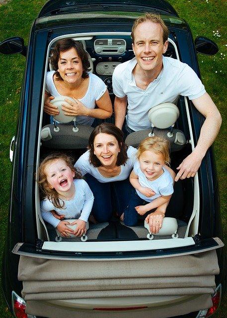 zadowolona rodzina w samochodzie ubezpieczonym we wrocławiu w mhi ubezpieczenia samochodowe wrocław